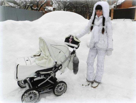 девушка с коляской зимой
