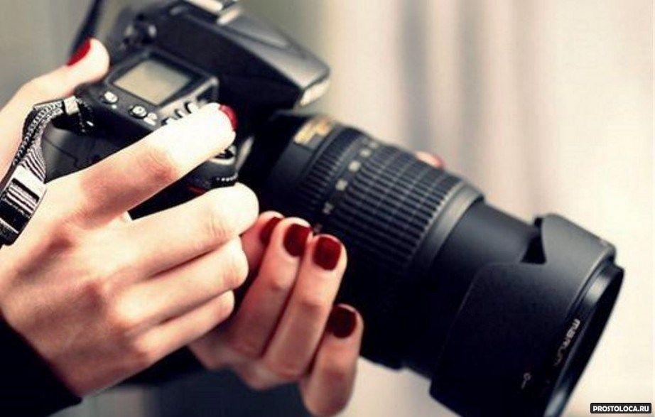 зеркальная фотокамера в руках
