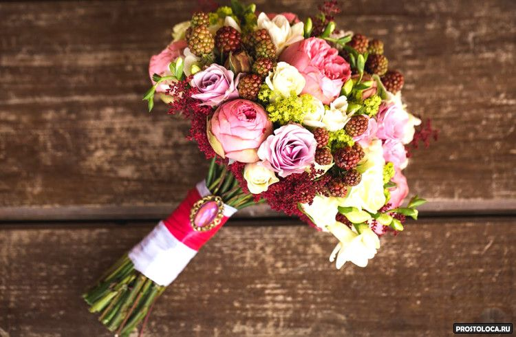 малиновый букет невесты